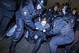 Полицейские задерживают участницу группы Pussy Riot Марию Алехину.