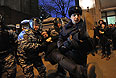 """Сотрудники полиции задерживают участника акции протеста сторонников фигурантов """"болотного дела"""" на Манежной площади."""