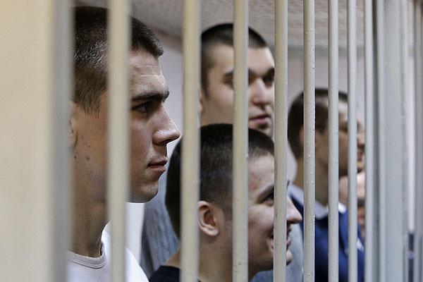 Обвиняемые по делу о беспорядках на Болотной площади 6 мая 2012 года в зале суда.