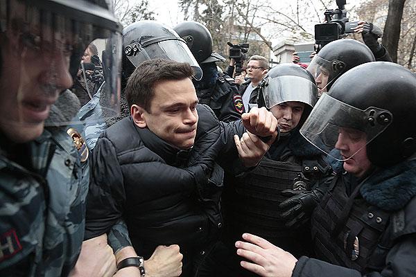 Сотрудники полиции задерживают оппозиционера Илью Яшина у здания Замоскворецкого суда Москвы.