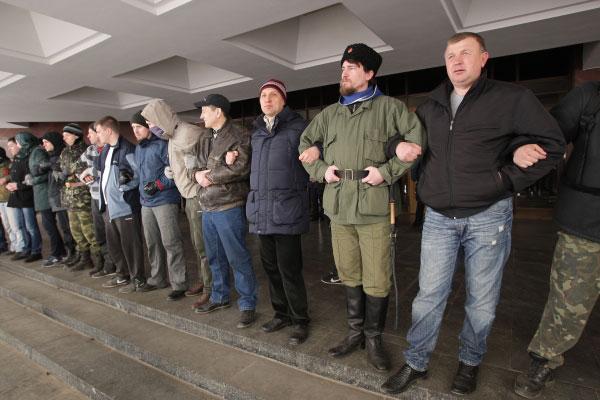 Участники митинга у здания верховного совета Крыма в Симферополе.