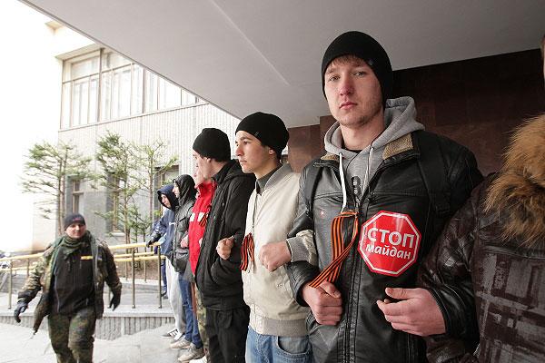 """Среди требований участников акции протеста - не выполнять """"незаконные решения"""" новой украинской власти."""