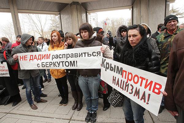 Участники пророссийского митинга в Крыму.