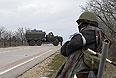 """Вооруженный человек на въезде в аэропорт """"Бельбек"""" рядом с Севастополем."""