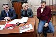 Навальный не имеет права покидать пределы своего жилища, общаться с кем-либо, кроме близких родственников, адвокатов и следователей, получать и отправлять корреспонденцию, использовать средства связи и Интернет, а также общаться со средствами массовой информации. Оппозиционер вправе лишь звонить в экстренные службы, причем о каждом звонке он должен сообщать следователю.