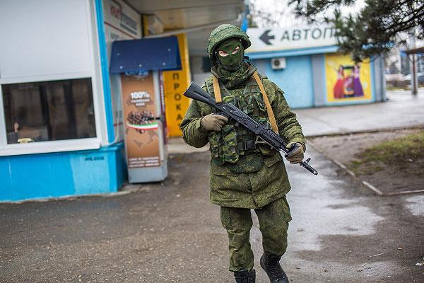 Вооруженный человек у здания аэропорта Симферополя.