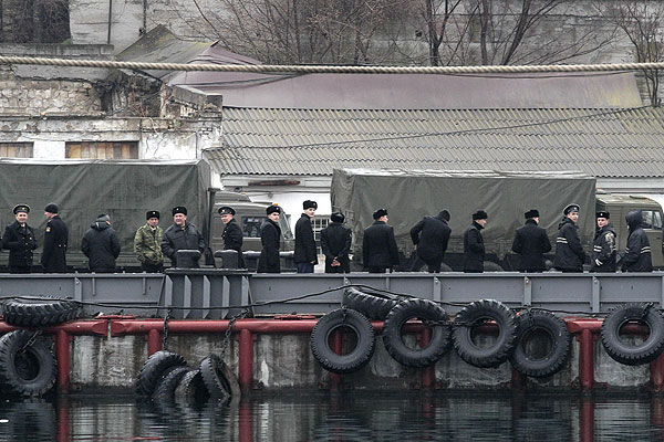 Российские моряки в черноморском порту Севастополя.