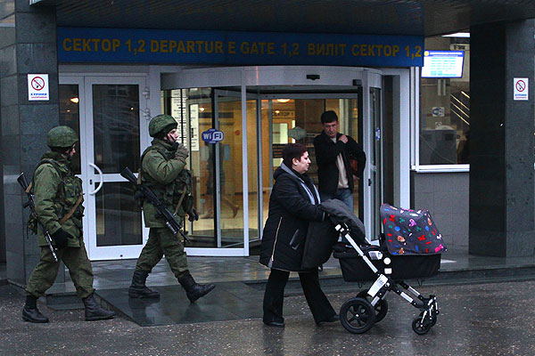 Утро 28 февраля 2014 г. в аэропорту Симферополя.