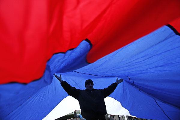 Участник митинга у здания Верховного совета Крыма в Симферополе.