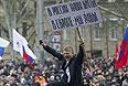 Демонстранты с плакатами в центре Донецка.