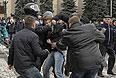 Драка во время беспорядков в Харькове.
