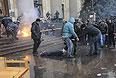 Участники волнений в Харькове оттаскивают пострадавшего.