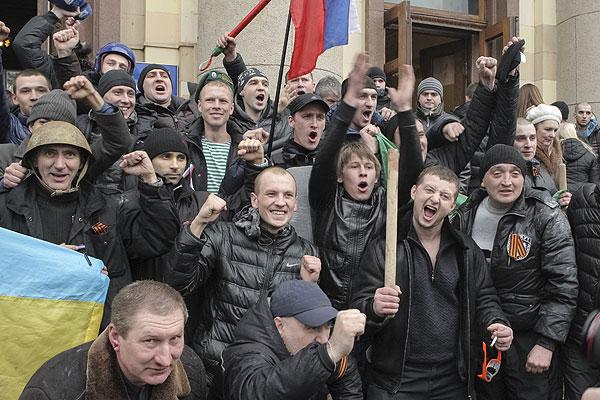 Сторонники России перед зданием обладминистрации Харькова.