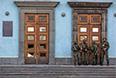 Вооруженные люди у правительственного здания.