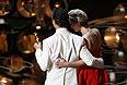 """Мэттью Макконахи и вручившая ему """"Оскар"""" Дженнифер Лоуренс уходят со сцены."""