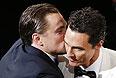 """Леонардо Ди Каприо поздравляет Мэттью Макконахи, который обошел его в гонке за """"оскаром""""."""