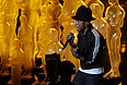 """Фаррелл Уильямс исполняет песню Happy из мультфильма """"Гадкий я - 2""""."""