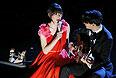 """Певица Карен О и Эзра Кениг из группы Vampire Weekend исполняют The Moon Song из фильма Спайка Джонса """"Она""""."""