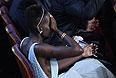 """Лупита Нионго закрывает глаза и получает """"Оскар"""" за лучшую женскую роль второго плана в фильме """"12 лет рабства""""."""