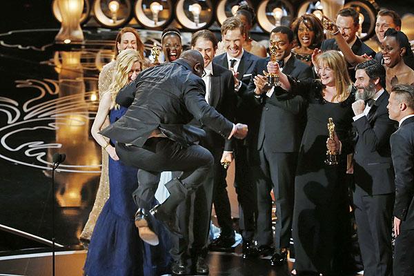 """Съемочная группа фильма """"12 лет рабства"""" и триумфальный прыжок режиссера Стива Маккуина."""