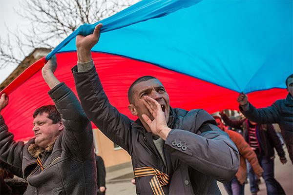 Сторонники включения Крыма в состав России.