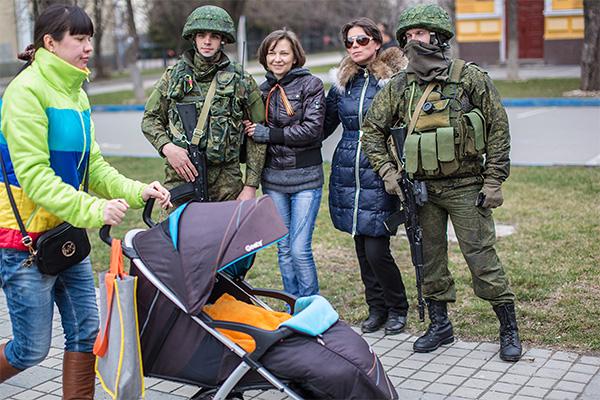 Гуляющие фотографируются с военнослужащими.