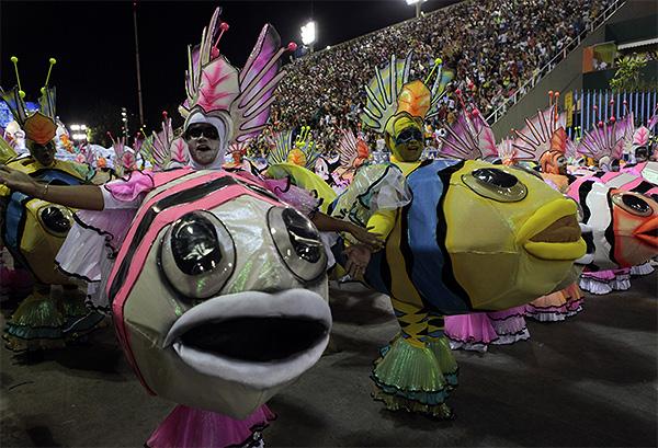 Участники ежегодного карнавала в Рио.