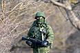 Военный возле украинской военной базы в селе Перевальное.