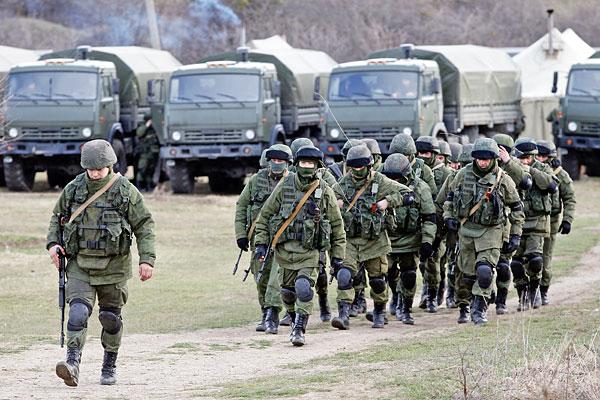 Военнослужащие вблизи украинской военной базы в Симферопольском районе Крыма.