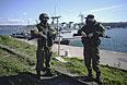 Военнослужащие на берегу в районе Севастопольской бухты.