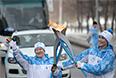 Заслуженный мастер спорта по лыжным гонкам и биатлону Алевтина Елесина и факелоносец Алексей Шаров во время эстафеты Паралимпийского огня в Екатеринбурге.