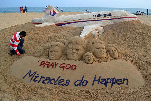 Индийский художник создал из песка скульптуру в память о пропавшем рейсе.