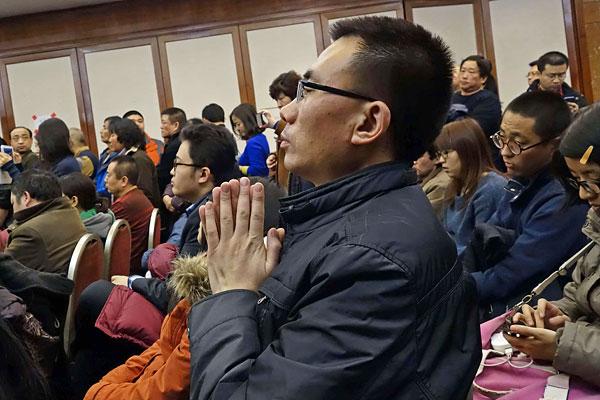 Родственники пассажиров лайнера в Пекине. Китай предоставил для поиска Boeing-777 десять спутников.