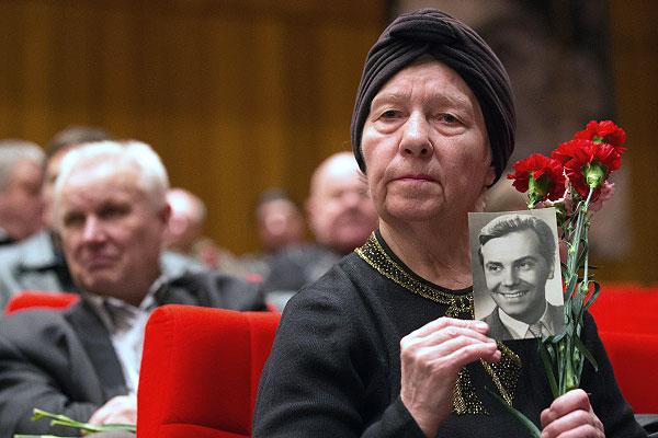 Женщина во время церемонии прощания с народным артистом РФ Анатолием Кузнецовым в Доме кино союза кинематографистов в Москве.