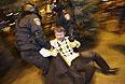 Сотрудники спецподразделения оттаскивают одного из участников столкновений в Донецке.