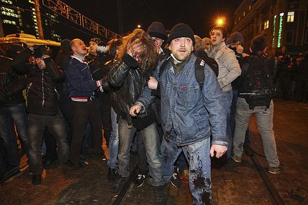 Участники столкновений в Донецке.