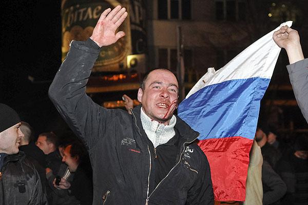 """Митинг """"За единую Украину"""" проходил в оцеплении сотрудников милиции и внутренних войск, однако избежать столкновений с пророссийскими активистами не удалось, кордон милиции был прорван. В толпе стали взрываться петарды и дымовые шашки. Милиция попыталась вывезти участников митинга """"За единую Украину"""" на своем автобусе, однако в автобусе разбили стекла и забросали петардами."""