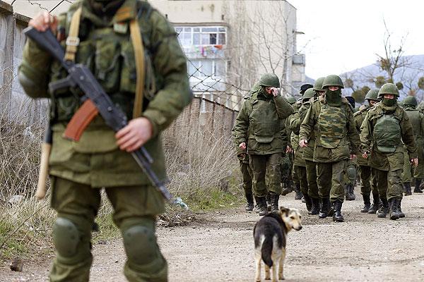 Вооруженные мужчины и собака на окраине Симферополе.