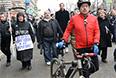 """Участники ативоенного """"Марша мира"""" во время шествия по Бульварному кольцу в Москве."""