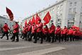 """Участники акции """"Марш братства и гражданского сопротивления"""" во время шествия под лозунгами """"Против Майдана!"""" и """"Фашизм не пройдет!""""."""