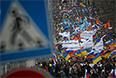 """По данным столичного главка полиции, по состоянию на 14 часов на шествие """"Против воссоединения Крыма с Россией"""" в Москве собралось порядка 3 тысяч человек."""