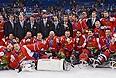 Игроки и тренеры сборной России, завоевавшие серебряные медали на соревнованиях по следж-хоккею на XI зимних Паралимпийских играх в Сочи, во время медальной церемонии.