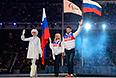 Знаменосцы сборной России Алексей Иванов и Михалина Лысова во время парада знамен на церемонии закрытия XI зимних Паралимпийских игр в Сочи.
