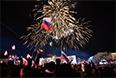 Жители Симферополя наблюдают праздничный фейерверк на площади Ленина в центре городапосле объявления предварительных результатов итогов референдума о статусе Крыма.