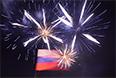 Российский флаг и праздничный фейерверк на площади Ленина в центре городапосле объявления предварительных результатов итогов референдума о статусе Крыма.