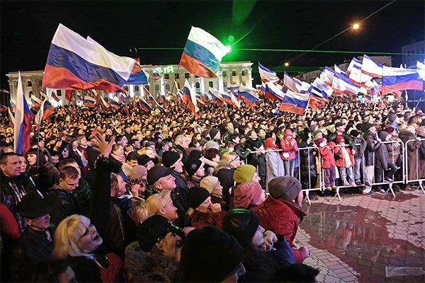 """Жители Симферополя на концерте """"Крым-Весна"""", на площади Ленина в центре города, в день голосования на референдуме о статусе Крыма."""