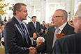 Премьер-министр Крыма Сергей Аксенов (слева) и лидер ЛДПР Владимир Жириновский перед началом выступления президента России Владимира Путина в Кремле.