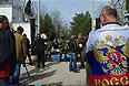 Представители сил самообороны Крыма и военнослужащие у штаба Военно-морских сил Украины.