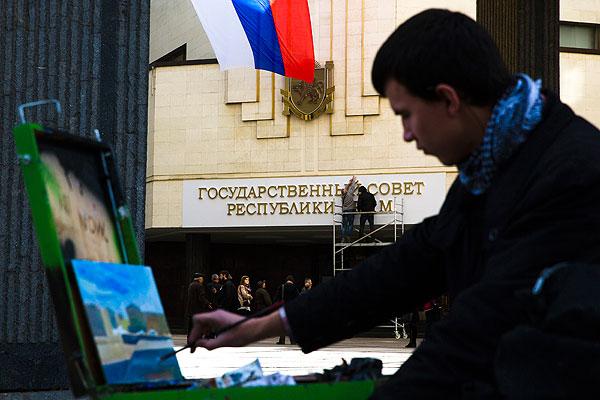 """Надпись """"Государственный совет"""" вместо демонтированной вывески с названием """"Верховная рада"""" на здании парламента Крыма."""