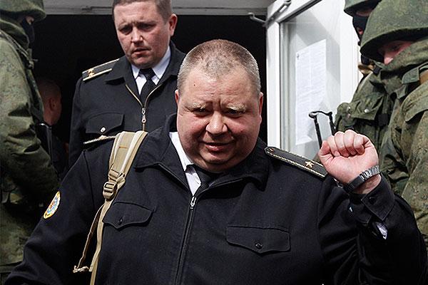 Офицер штаба тыла Военно-морских сил Украины покидает здание штаба в Севастополе.